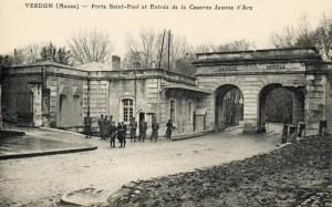 Petite promenade dans les rues de Verdun (1) dans La Meuse d'Antan Entree-caserne-Jeanne-dArc-Verdun-300x187